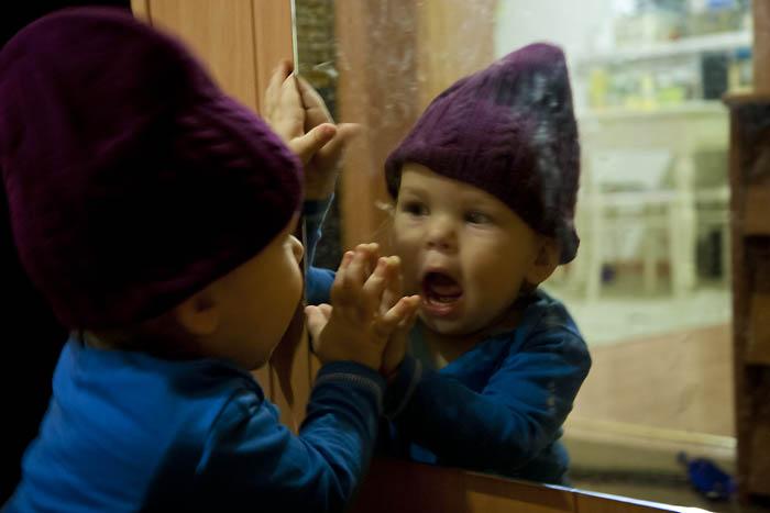 Zimowa zabawa dla rocznego dziecka czapki