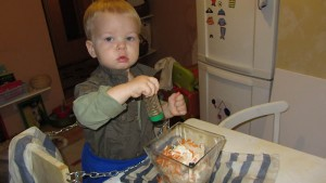 roczne dziecko pomaga w kuchni, learning tower, mały kucharz, w kuchni z dzieckiem