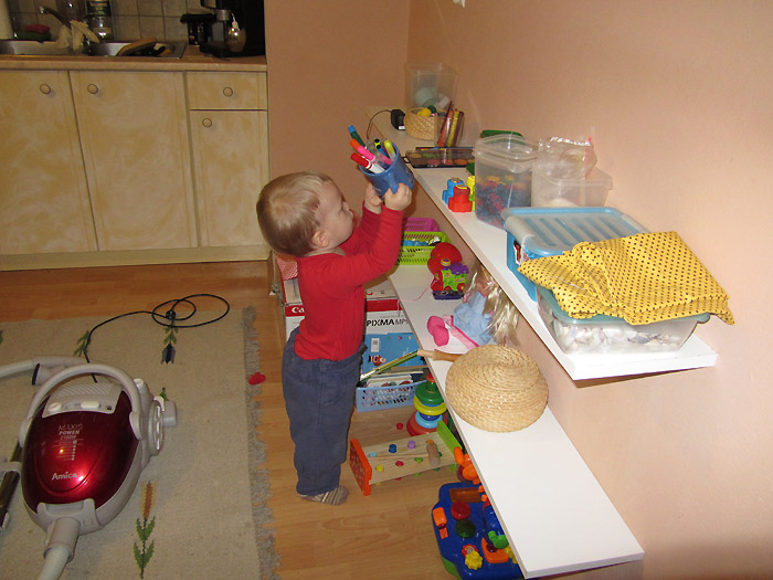 roczne dziecko sprząta, flamastry, organizacja przestrzeni roczne dziecko