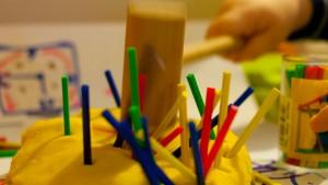 przepis na ciastolinę, zabawa dla rocznego dziecka, patyczki,