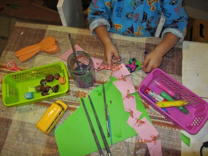 dziecko maluje, trzylatek maluje