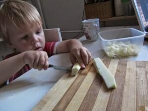 Trzylatek pomaga w kuchni