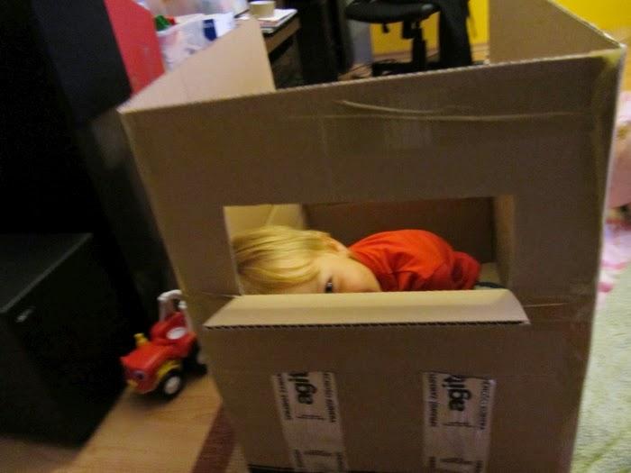 zabawki z kartonu, w domu z dzieckiem