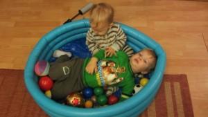 dzieci w kulkach, zabawa w domu