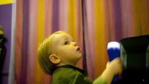zabawa dla niemowlaka, zabawa w domu, zabawa na jesień, latarka, zabawa ze światłem