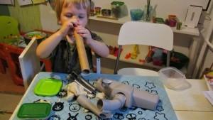bałwanek z masy solnej, jak zrobić masę solną, zabawa dla dwulatka, zimowa zabawa w domu