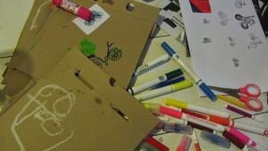 książka z kartonów po pizzy