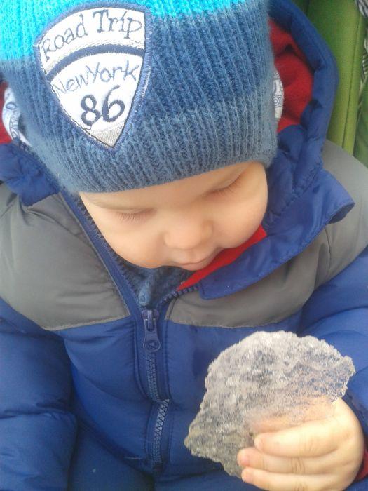 dziecko odkrywa zimę