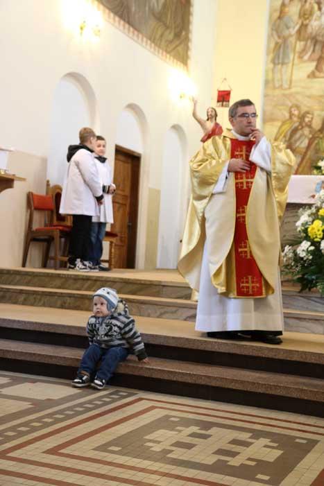 Micha czuł się bardzo swobodnie na chrzcie Bartka
