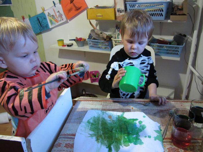 Szkoda nam było wylewać barwniki od pisanek, postanowiliśmy więc wcześniej zrobić z nich arcydzieło. Albo wielką zieloną plamę. Interpretujcie według uznania :)