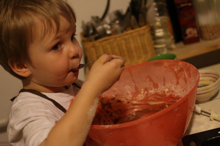 Klusek wylizuje miskę