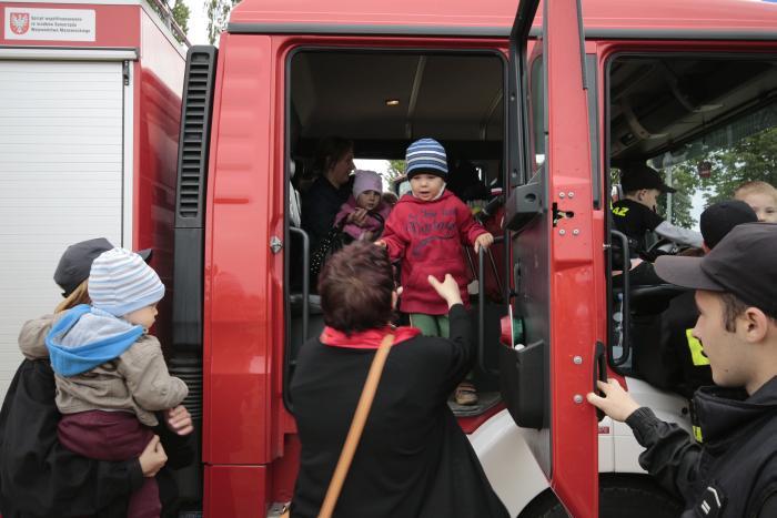 Przejażdżka prawdziwym wozem strażackim. Klusek zdecydował się pomimo strachu w oczach.