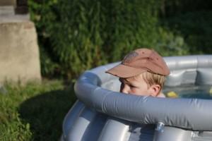8 sposobów, żeby przetrwać upał z dziećmi i nie zwariować