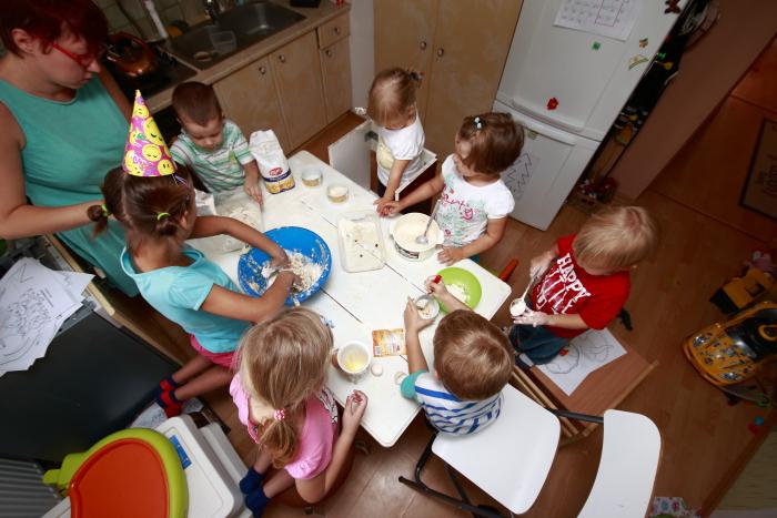 dzieci pieką, zabawa na urodziny, dzieci robią ciastka