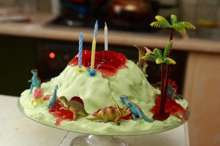 tort na dinozaurowe urodziny, tort wulkan. tort dinozaury