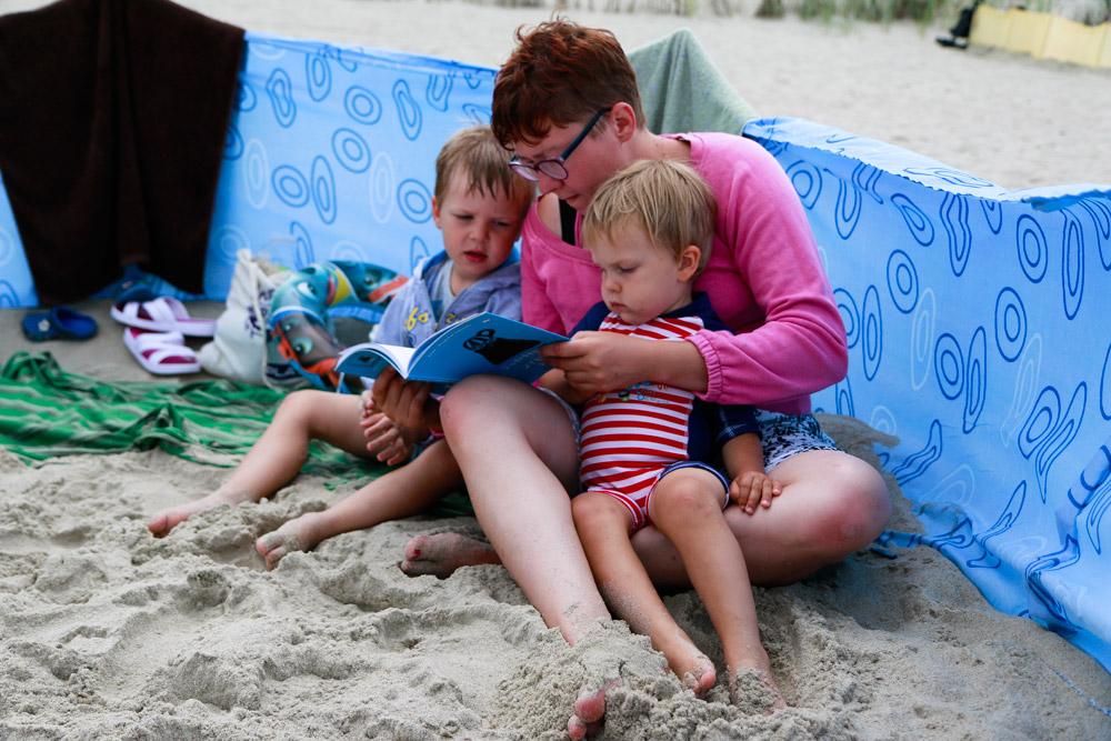 podrozownik, kolejka wąskotorowa, mierzeja wiślana, nad bałtykiem z dzieckiem, bałtyk, wakacje z dzieckiem, atrakcje turystyczne mierzeja wiślana, piaski, plaża, dziecko na plaży