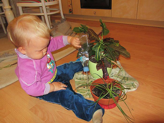 dziecko pomaga w domu podlewanie kwiatów