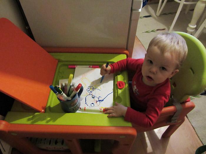 dziecko flamastry roczniak maluje, stolik do rysowania