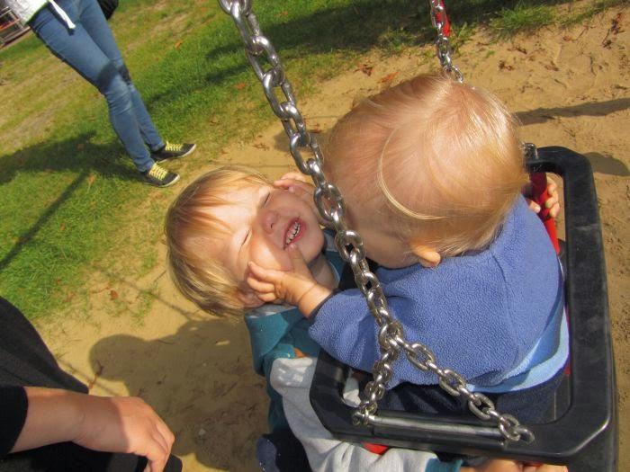 rodzeństwo, spacer, jesień