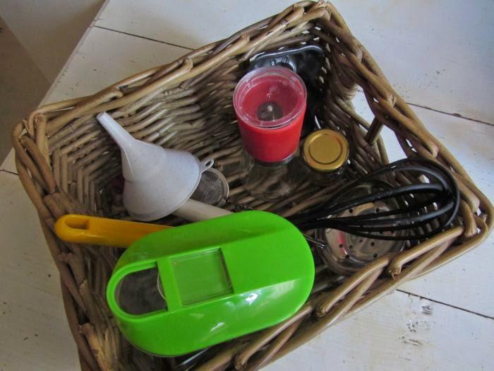 koszyk skarbów, zabawy dla niemowlaków, zabawy montessori dla niemowlaków, zabawki montessori dla niemowlaków