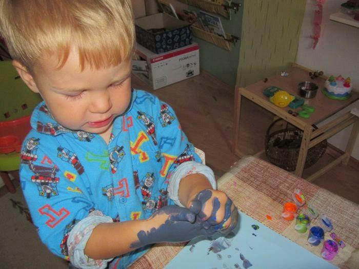malowanie farbami, trzylatek maluje, malowanie jako proces