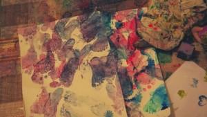 malowanie z folią bąbelkową, zabawa sensoryczna z folią bąbelkową, farby i folia bąbelkowa