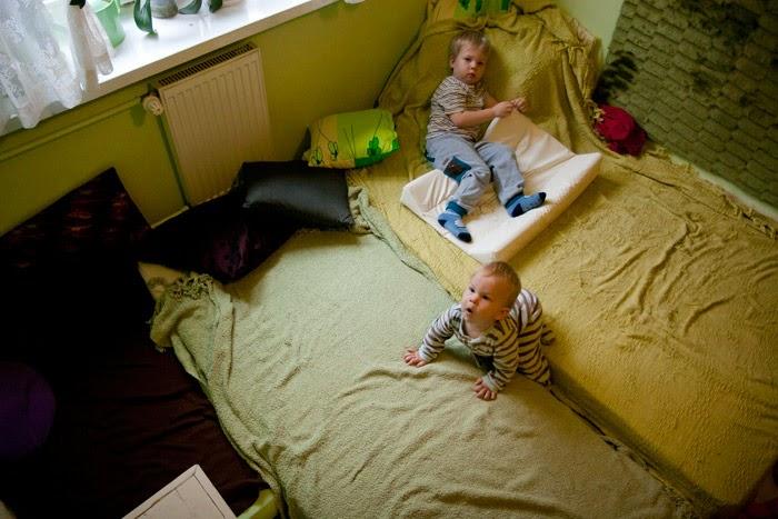 spanie z dzieckiem, spanie na materacach, spanie z dwójką dzieci