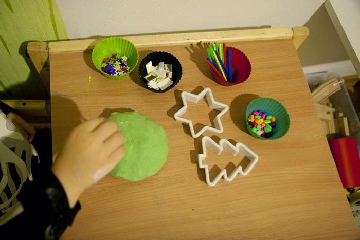 ciastolina przepis, ciastolina domowej roboty, zabawa sensoryczna, kalendarz adwentowy