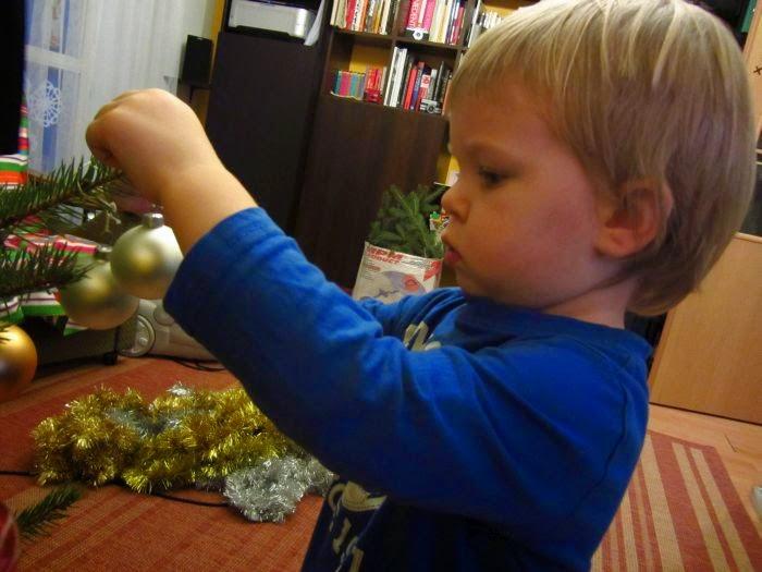 świąteczne tradycje z dziećmi, dekoracja choinki